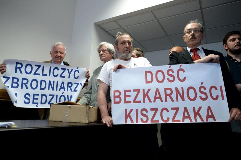 Adam Słomka (P) oraz byli internowani Zygmunt Miernik (C) i Janusz Fatyga (2L) podczas posiedzenia Sądu Okręgowego /Jacek Turczyk /PAP
