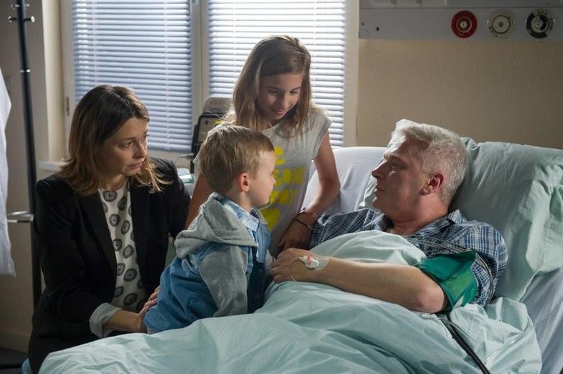 Adam trafia do szpitala. Chce raz jeszcze przytulić dzieci... Czyżby coś przeczuwał? /TVN