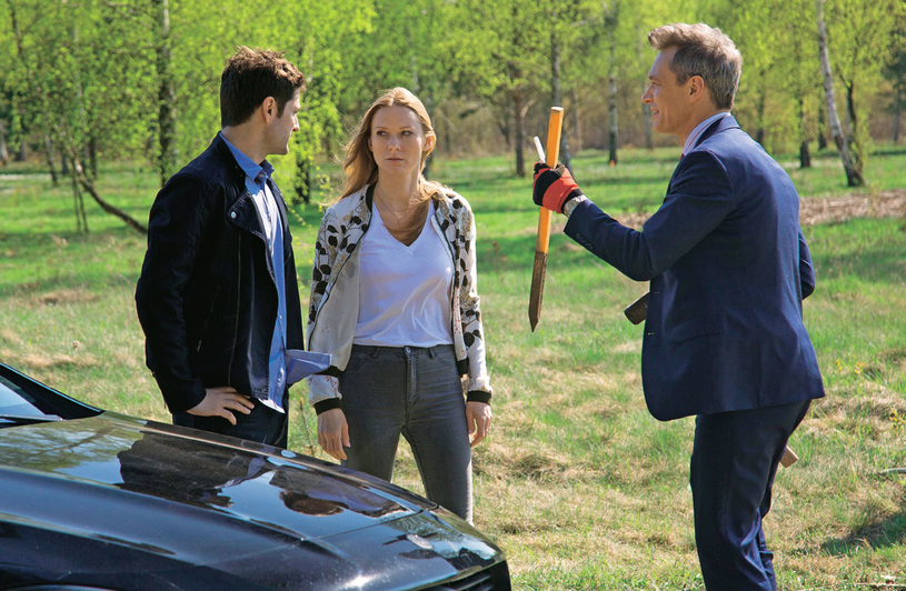 Adam zabierze Wiktorię na działkę, na której postanowi wybudować dom dla ich rodziny /Świat Seriali