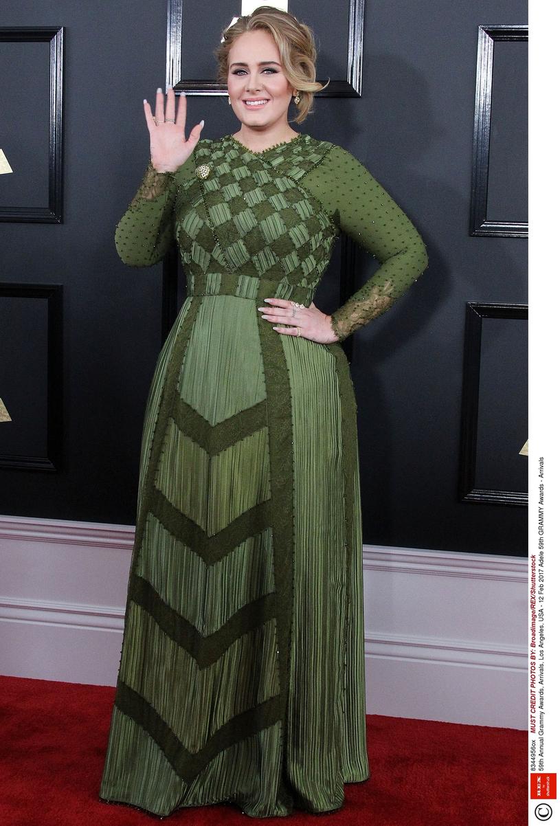 Adele i suknia z podkreśloną talią w wersji długiej /East News