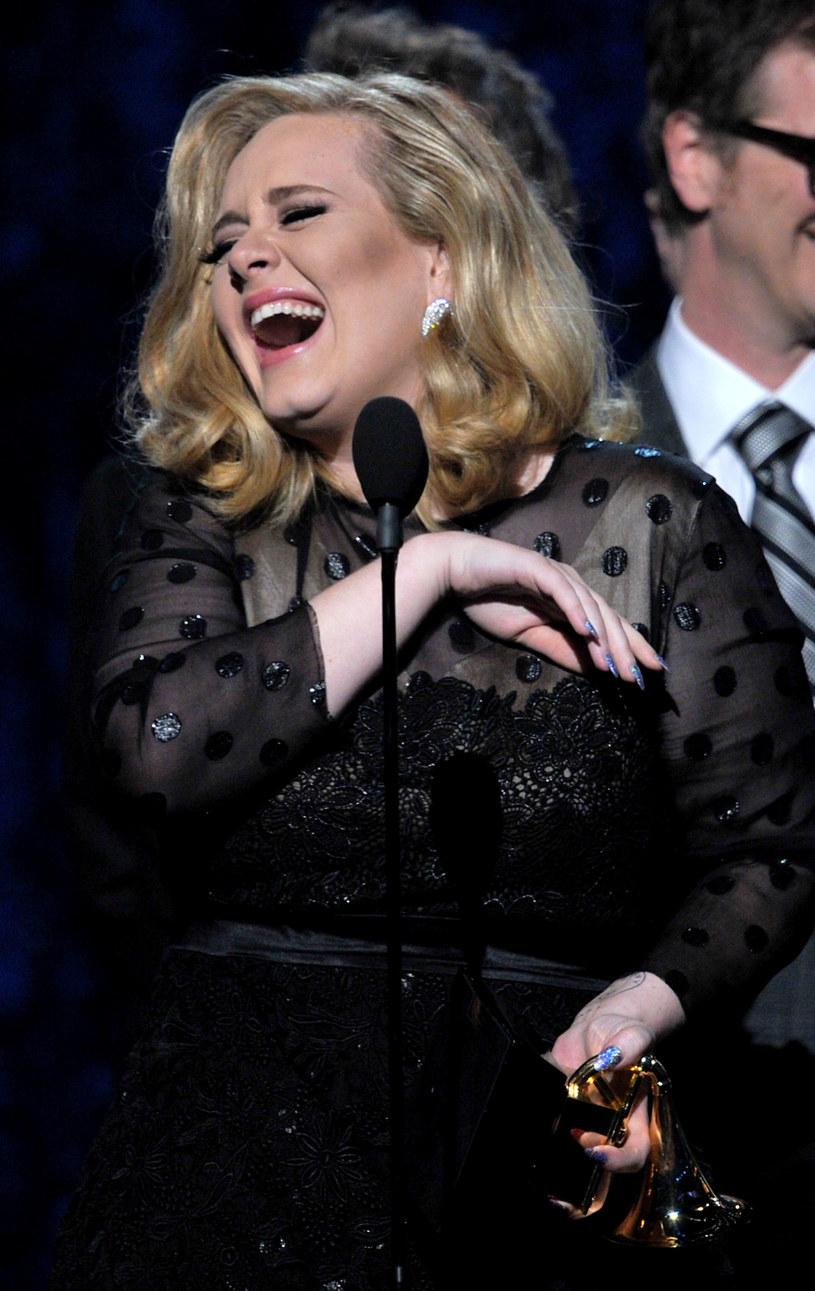 Adele jest świadoma swojej wartości, zarabia miliony funtów, ale jakaś część jej osobowości się nie zmieniła /Getty Images