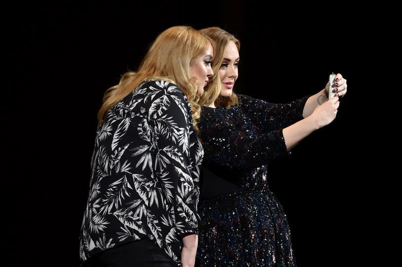 Adele robi sobie selfie z fanką /Gareth Cattermole /Getty Images