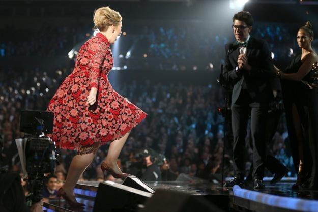 Adele wchodzi na scenę, a dowcipniś już na nią czeka - fot. Christopher Polk /Getty Images/Flash Press Media