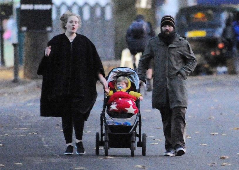 Adele z ukochanym i synkiem /- /East News