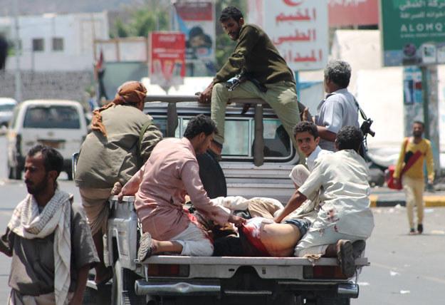 Aden: Ranni w drodze do szpitala fot. Saleh Al-Obeidi /AFP