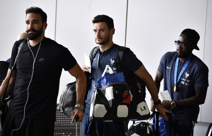 Adil Rami jako jedyny przyleciał do Francji w czarnej koszulce /ALEXANDER NEMENOV /East News
