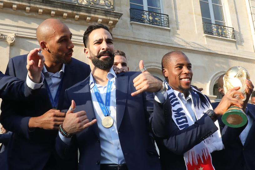 Adil Rami (w środku) z kolegami w Pałacu Prezydenckim /AFP