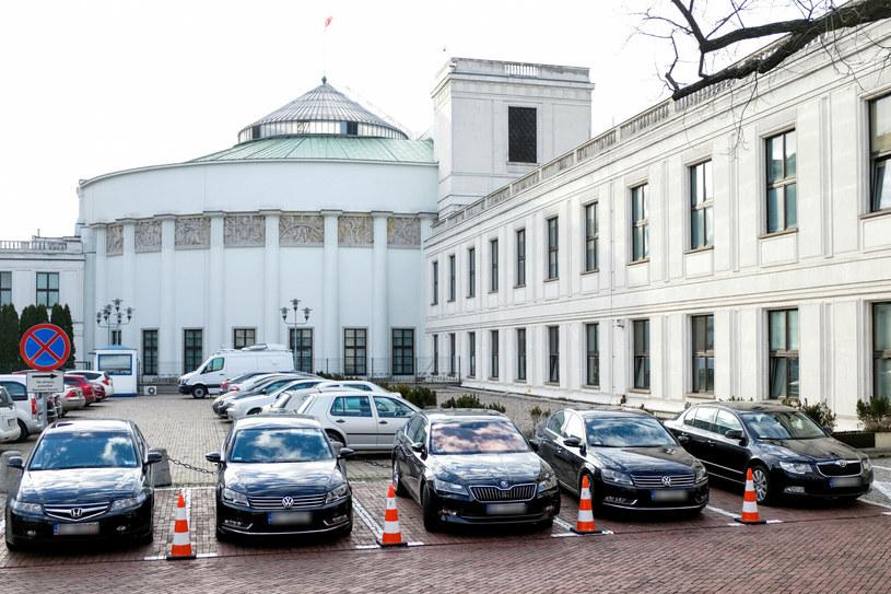 Administracja rządowa za ponad 31 mln zł kupi przeszło 300 samochodów różnej klasy /Piotr Molecki /East News