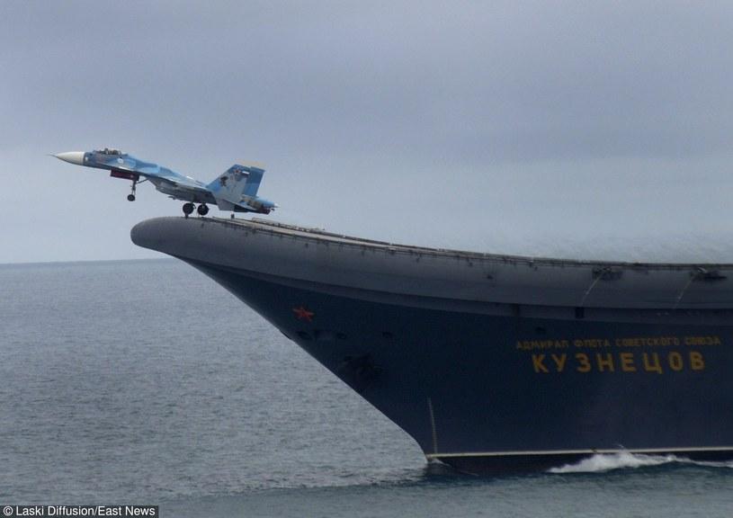 """""""Admirał Kuzniecow"""" będzie między innymi odpowiedzialny za ochronę transportów wiozących zaopatrzenie dla rosyjskich pilotów stacjonujących w Syrii /Laski Diffusion /East News"""