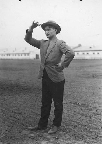 """Adolf Dymsza jako Felek w jednej ze scen filmu """"Ułani, ułani, chłopcy malowani"""" /Z archiwum Narodowego Archiwum Cyfrowego"""