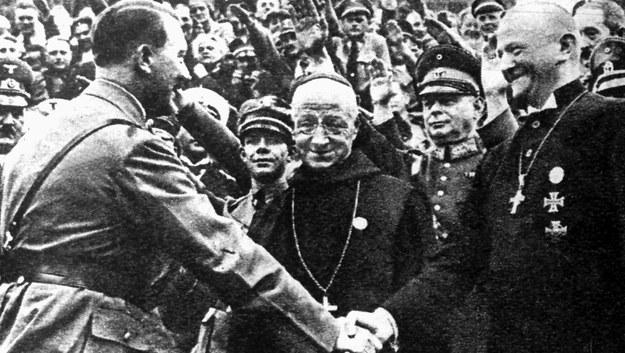 Adolf Hilter i biskup Norymbergi Ludwig Muller /DPA /PAP/DPA