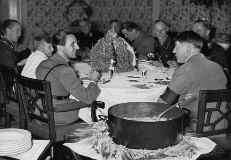 Adolf Hitler bardzo lubił ucztować. Traktował je jako możliwość spotkania się ze współpracownikami /domena publiczna