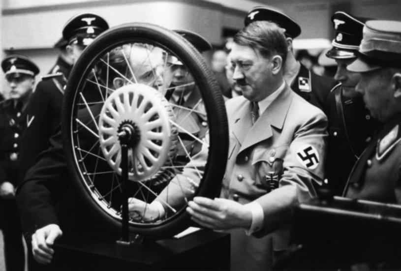 Adolf Hitler na wystawie motoryzacyjnej w 1937 roku /East News