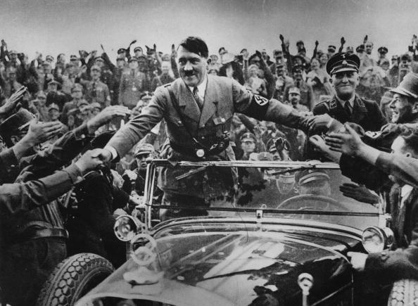 Adolf Hitler pośród swoich sympatyków /Getty Images