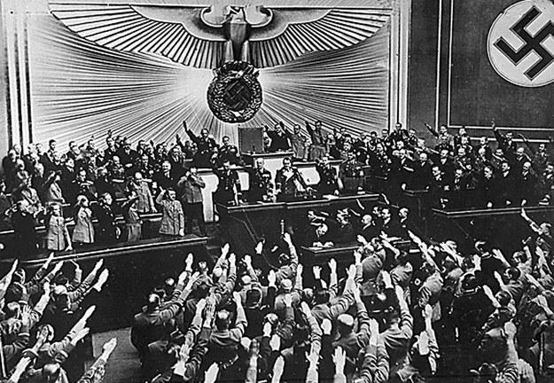Adolf Hitler przemawia w Reichstagu /AFP