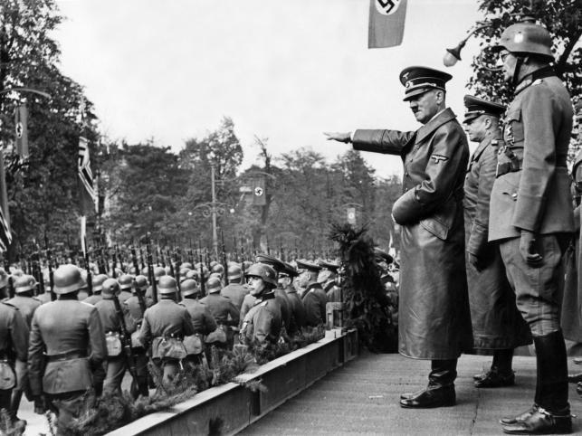 Adolf Hitler przyjmuje defiladę 5 października 1939 roku /Narodowe Archiwum Cyfrowe /materiały prasowe