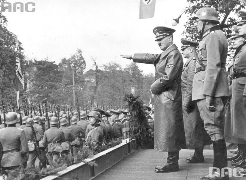 Adolf Hitler przyjmuje defiladę wojsk niemieckich w Alejach Ujazdowskich w Warszawie. Widoczni także: gen. Gunther von Kluge (2 z lewej), gen. Maximilian von Weichs (w hełmie), gen. Fedor von Bock (2 z prawej), /Z archiwum Narodowego Archiwum Cyfrowego