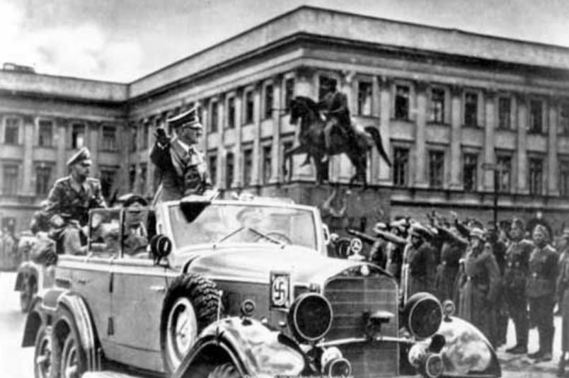 Adolf Hitler w Mercedesie W-31 w Warszawie 5 października 1939 roku /Narodowe Archiwum Cyfrowe /materiały prasowe