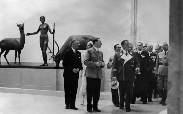 Adolf Hitler w otoczeniu nazistowskich dygnitarzy ogląda pierwszą wystawę w Domu Sztuki Niemieckiej (18 lipca 1937 r.) /AFP
