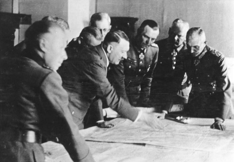 """Adolf Hitler z oficerami sztabu Grupy Armii """"Południe"""" w lipcu 1942 roku /Bundesarchiv/CC-BY-SA 3.0 /domena publiczna"""