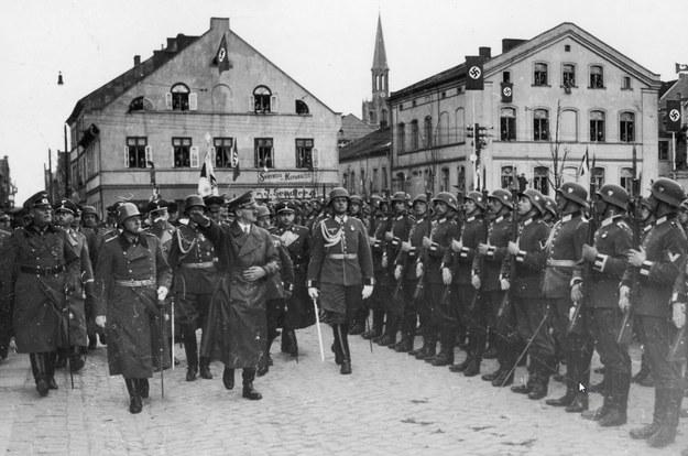 Adolf Hitler z współpracownikami na Placu Teatralnym w Kłajpedzie. Obok idą Wilhelm Keitel (1. z lewej) i Heinrich Himmler (za Keitlem) /Z archiwum Narodowego Archiwum Cyfrowego