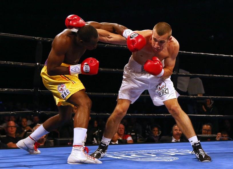 Adonis Stevenson (z lewej) w walce z Tommy'm Karpency'm /AFP