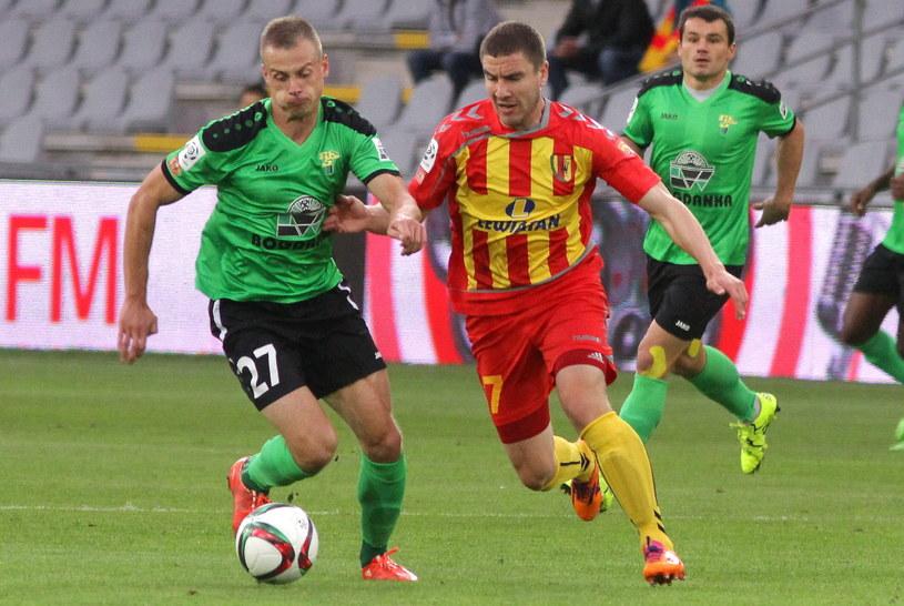 Adrian Basta (z lewej; z prawej Aleksander Fertovs) z powodu kontuzji szybko opuścił boisko /Michał Walczak /PAP