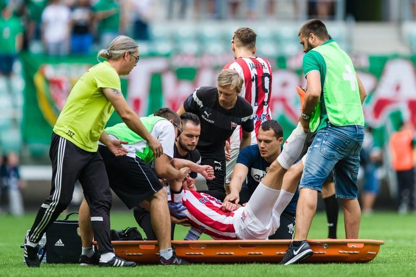 Adrian Danek opuszcza boisko na noszach /Maciej Witkowski/REPORTER /