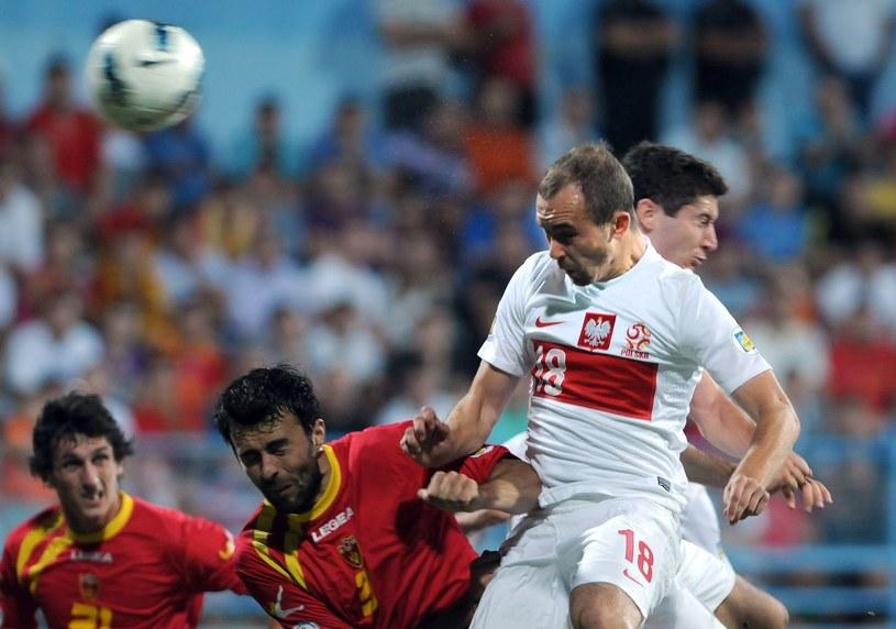 Adrian Mierzejewski strzela gola w Podgoricy /AFP