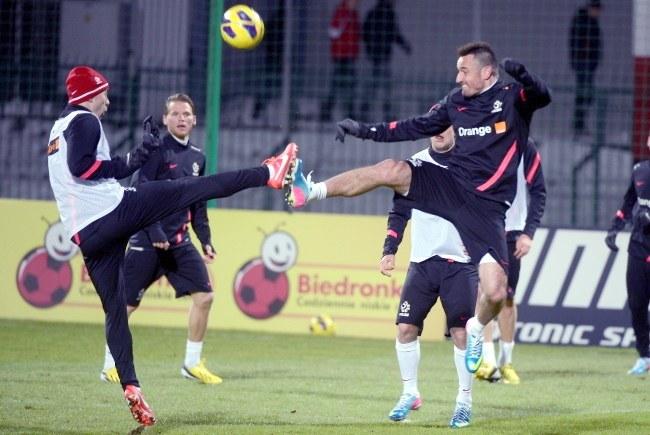 Adrian Mierzejewski (z lewej) i Marcin Wasilewski walczą o piłkę /Bartłomiej Zborowski /PAP