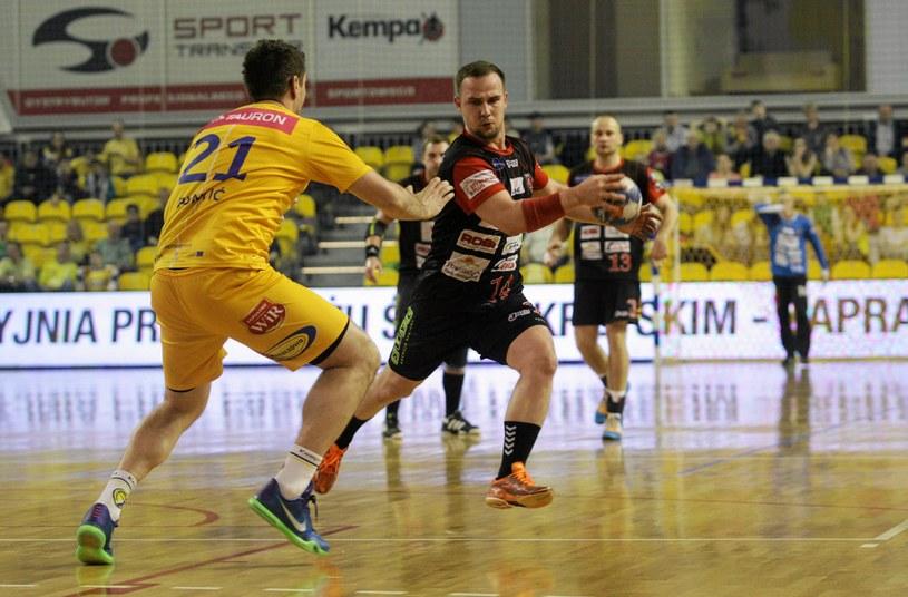 Adrian Nogowski (z piłką) /Paweł Małecki /