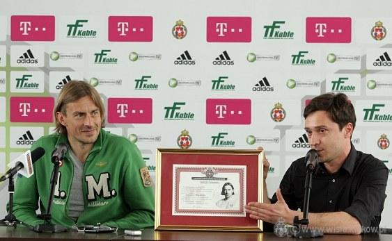 Adrian Ochalik wręczył Siergiejowi Pareice (z lewej) Paszport Wisły Kraków. /Maks Michalczak /www.wisla.krakow.pl