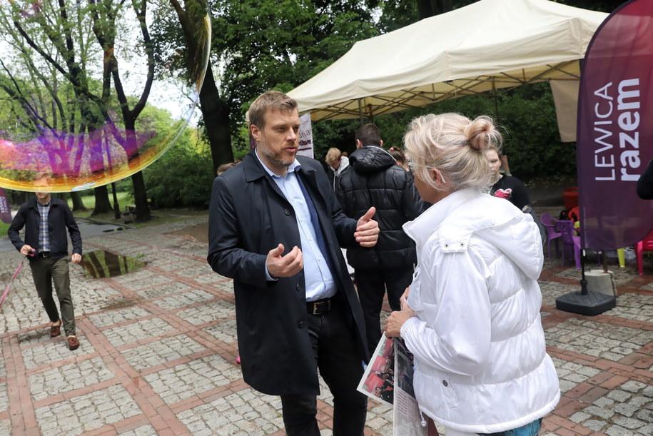 Adrian Zandberg podczas Pikniku Europejskiego Lewicy Razem w Parku Skaryszewskim w Warszawie /Tomasz Gzell   /PAP