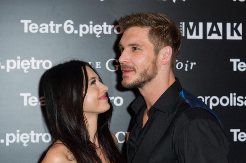 Adriana Kalska i Mikołaj Roznerski są zgraną i szczęśliwą parą /Artur Zawadzki /Reporter