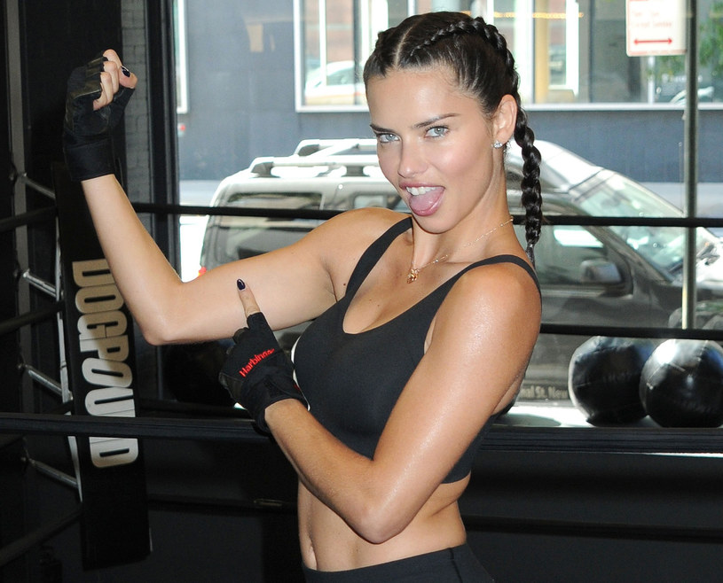 Adriana Lima zdradza, że modelki Victoria's Secret trenują niemal tak ciężko, jak zawodowi sportowcy /East News
