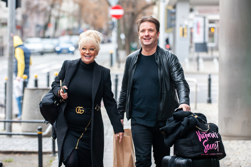 Adrianna Biedrzyńska z mężem na spacerze /Artur Zawadzki /Reporter