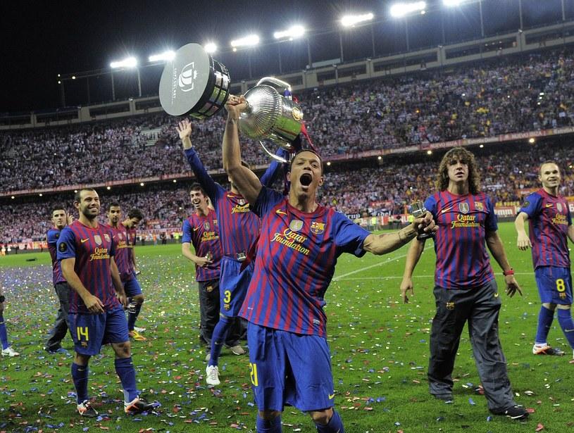 Adriano z wywalczonym w zeszłym sezonie Pucharem Króla /AFP