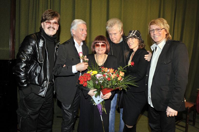 Adrzej Mogielncki (trzeci z prawej) w towarzystwie Kasi Sobczyk, Alicji Majewskiej, Ryszarda Rembiszewskiego i Edwarda Hulewicza /Kurnikowski /AKPA