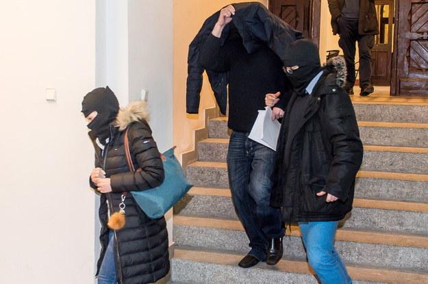 Adwokat Robert N. (w środku) doprowadzany na posiedzenie aresztowe we wrocławskim sądzie, 1 lutego 2017 / Maciej Kulczyński    /PAP