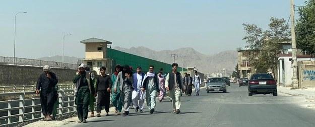 Afgańczycy idą w kierunku lotniska w Kabulu /STRINGER /PAP/EPA