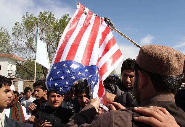 Afgańczycy palą amerykańską flagę /PAP/EPA