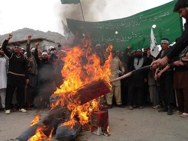 Afgańczycy palą kukłę Baracka Obamy /AFP