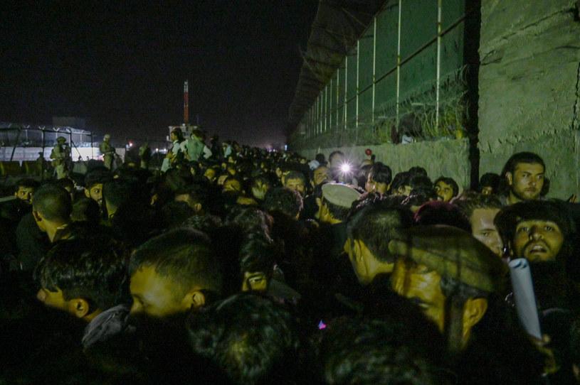 Afgańczycy zgromadzeni wokół lotniska w Kabulu /AFP