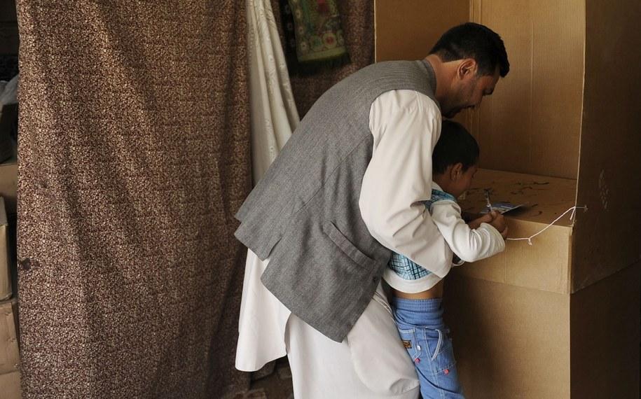 Afgańczyk oddaje głos w wyborach prezydenckich /JAWAD JALALI /PAP/EPA