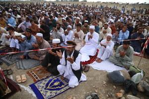 Afganistan: Atak rakietowy zakłócił uroczystości. Wierni nie przerwali modlitwy