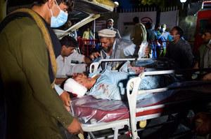 """Afganistan: Chaos po zamachach w Kabulu. """"Uciekał z rannym dzieckiem na rękach"""""""