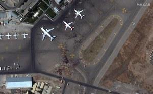 Afganistan: Lotnisko w Kabulu z lotu ptaka. Szturm tysięcy ludzi