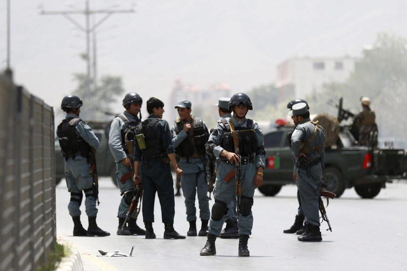 Afgańscy policjanci na miejscu zdarzenia /PAP/EPA