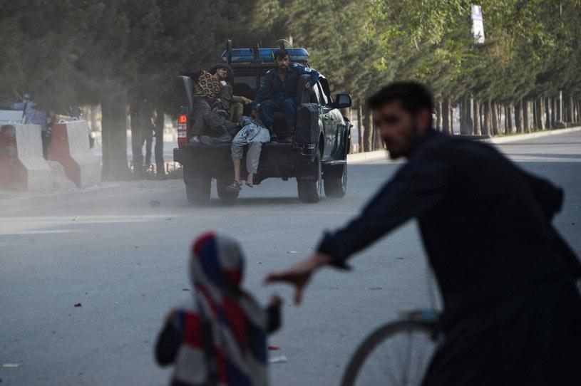 Afgańska policja transportuje rannego (arch.) /AFP