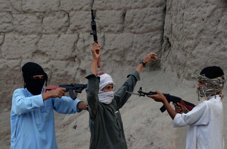 Afgańskie dzieci bawią się plastikową bronią, zdj. z 18 lipca 2015 /Noorullah Shirzada / AFP /AFP